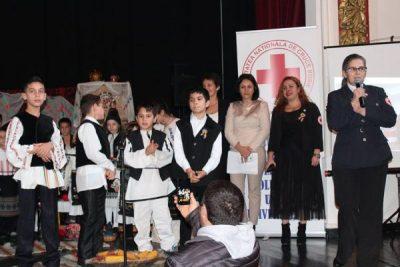 """La """"Șezătoarea de Crăciun"""", copiii din Centrele EGAL ale Crucii Roșii au depășit """"barierele"""" și s-au transformat în mici artiști"""