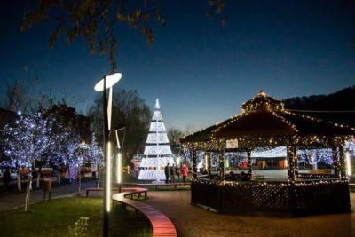 Lupeniul întâmpină sărbătorile iernii împodobit în elegante lumini colorate