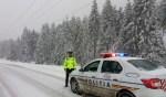 Drumuri închise şi circulaţie feroviară îngreunată din cauza zăpezii