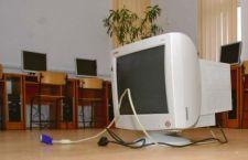 Trei tineri, reţinuţi şi arestaţi preventiv, pentru furt de aparatură electronică din incinta unei unităţi de învăţământ