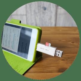スマートフォン用のカードリーダー。写真データの転送に安定感があって持っていると便利。