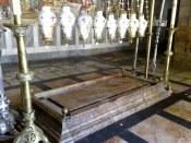Kamień Namaszczenia Pana Jezusa. Po śmierci ze wzgórza Golgoty przenoszą go na ten kamień, gdzie przygotowano Jego ciało do pochówku. Po namaszczeniu i owinięciu w całun zostaje przeniesiony do grobu Józefa z Arymatei