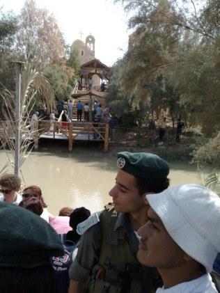 Znajdujemy się po stronie izraelskiej przy rzece Jordan. Po drugiej jej stronie jest Jordania z kościołem greków prawosławnych. Miejsce związane jest z tradycją chrześcijańską o Chrzcie Pańskim dokonanym na tym miejscu.
