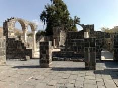 Jak widać, kościół zrobiony jest z kamienia bazaltowego z jeziora Genezaret (co wskazuje na jego pochodzenie wulkaniczne).