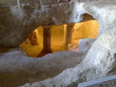 Grota Zwiastowania połączona była z pobliskimi grotami poprzez korytarze podziemne, które łączyły domostwa zamieszkiwane przez tą samą rodzinę (prawdopodobnie wujkowie, ciocie, kuzynów itd.)
