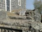 Wg opisu pątniczki Egerii z IV w. na tych schodach stał także Zmartwychwstały Chrystus wskazując miejsce, gdzie apostołowie mieli zarzucić sieć (J 21,1-14).