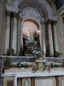 Króluje w nim Matka Bo ża z Góry Karmel. Figura została wyrzeźbiona przez Caraventa.