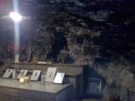 Pod ołtarzem znajduje się figura proroka Eliasza, w której, według tradycji, miał mieszkać.