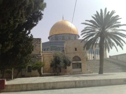 Meczet skały od drugiej strony. Pod nim znajdować się ma wzgórze Moria, na którym Abraham miał dokonać ofiary ze swojego syna Izaaka. Gdzieś w tej części mieściłaby się również Świątynia żydowska