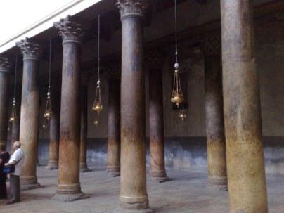 Bazylika Bożego Narodzenia w Betlejem to jeden z najstarszych i dobrze zachowanych zabytków z epoki Konstantyna. Na zdjęciu zdobione kolumny tej 5-cio nawowej bazyliki
