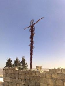 Wąż miedziany na podwyższeniu (Lb 21,4-9). Każdy z żydów ukąszony przez węża, przemierzający pustynię wraz z Mojżeszem, jeśli tylko spojrzał na ten znak - zostawał uzdrowiony.