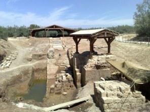 Znajdują się tam również ruiny kościoła bizantyjskiego, upamiętniającego Chrzest Jezusa dokonany przez Jana Chrzciciela.