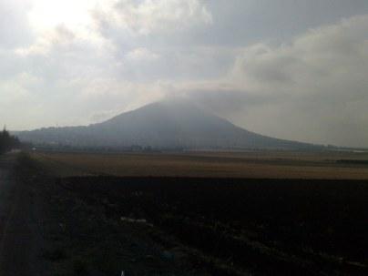Majestatyczna góra, rzadko jest osłonięta chmurami. Wznosi się na wysokość 588 m npm.