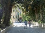 Wejście do klasztoru w Abu Gosh, uważanym w czasach wypraw krzyżowych za Emmaus. Dziś już jest to hipoteza podważona, m.in. poprzez odległość od Jerozolimy (14 km, zaś w Ewangelii jest wzmianka o 12).