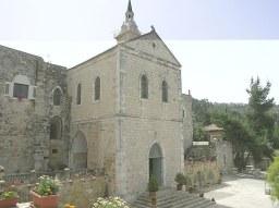 Fasada kościoła. W części wystającej znajduje się kaplica dedykowana pamięci śww. Męczenników (pod podłogą)