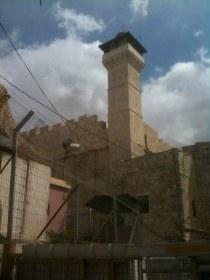 Mury zaś zewnętrzne, zbudowane z bloków kamiennych, analogicznych do świątyni Jerozolimskiej, to owoc pracy Heroda. Niestety do części muzułmańskiej nie udało mi się wejść ze względu na ich święto. Może kiedyś Pan Bóg da???