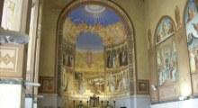 Górny kościół zaś jest przepięknie zdobiony