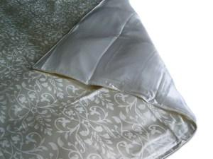 Dekbedovertrek van het materiaal zijde, waarbij de ene kant in jacquard geweven patroon, waarbij gebruik wordt gemaakt van een weefmethode met satijnbinding, waardoor glansverschillen ontstaan