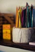 Ast parat? Dann hol den Bohrer raus und versinke ein paar Löcher, damit deine Stifte sich wohl fühlen.