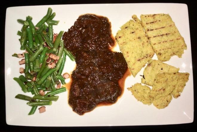 Schwarzbierfleisch mit Polenta & Bohnengemüse