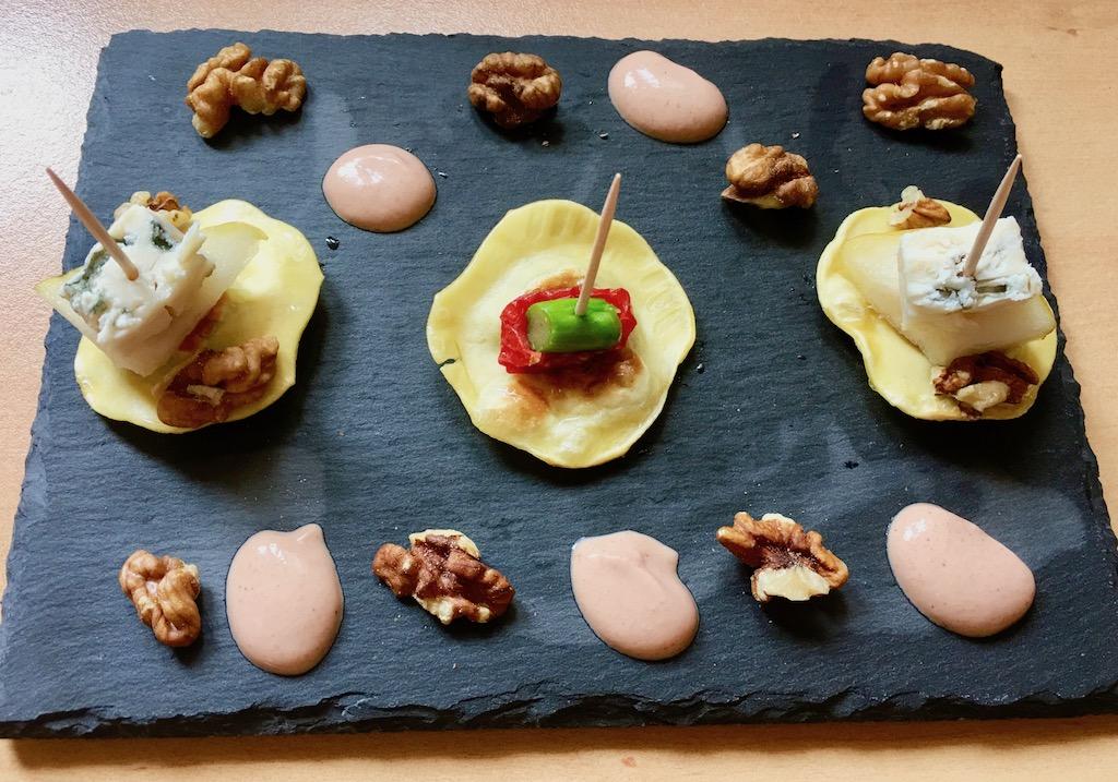 Rezepte: Kleinigkeiten: Maultaschen-Pintxos Variation auf Schieferplatte