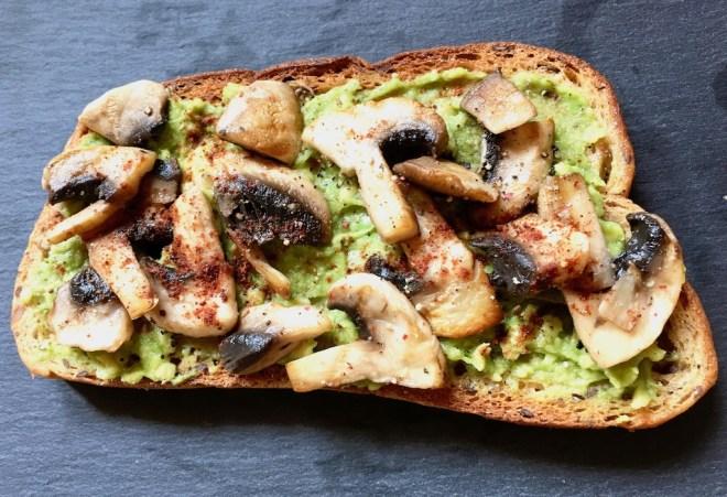 röstbrot - avocadocreme - avocado - pilze - champignons - vegan - pfanne - brotidee - brot belegen - gesund - schnell und einfach - rezept - abendessen - gerichte mit brot