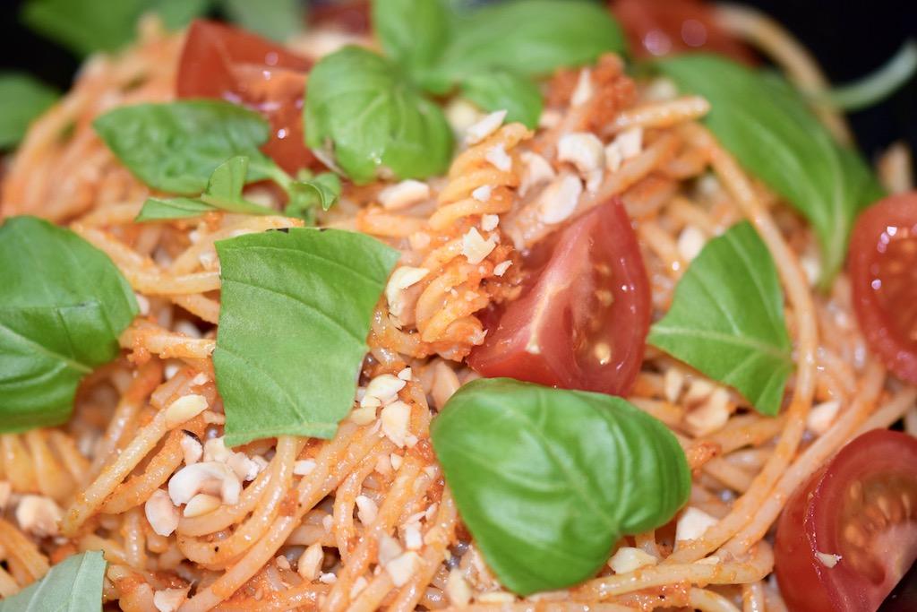 Rezepte: Hauptgerichte: Spaghetti mit Haselnuss-Tomaten-Pesto - Großaufnahme