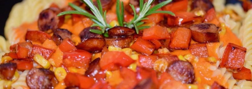 Rezepte: Hauptgerichte: Pasta mit Paprikasauce, Kabanossi und Mais - Nahaufnahme