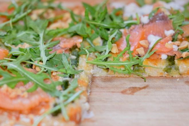 Rezepte: Hauptgerichte: Pizza Bianca mit Spargel und Lachs - Nahaufnahme