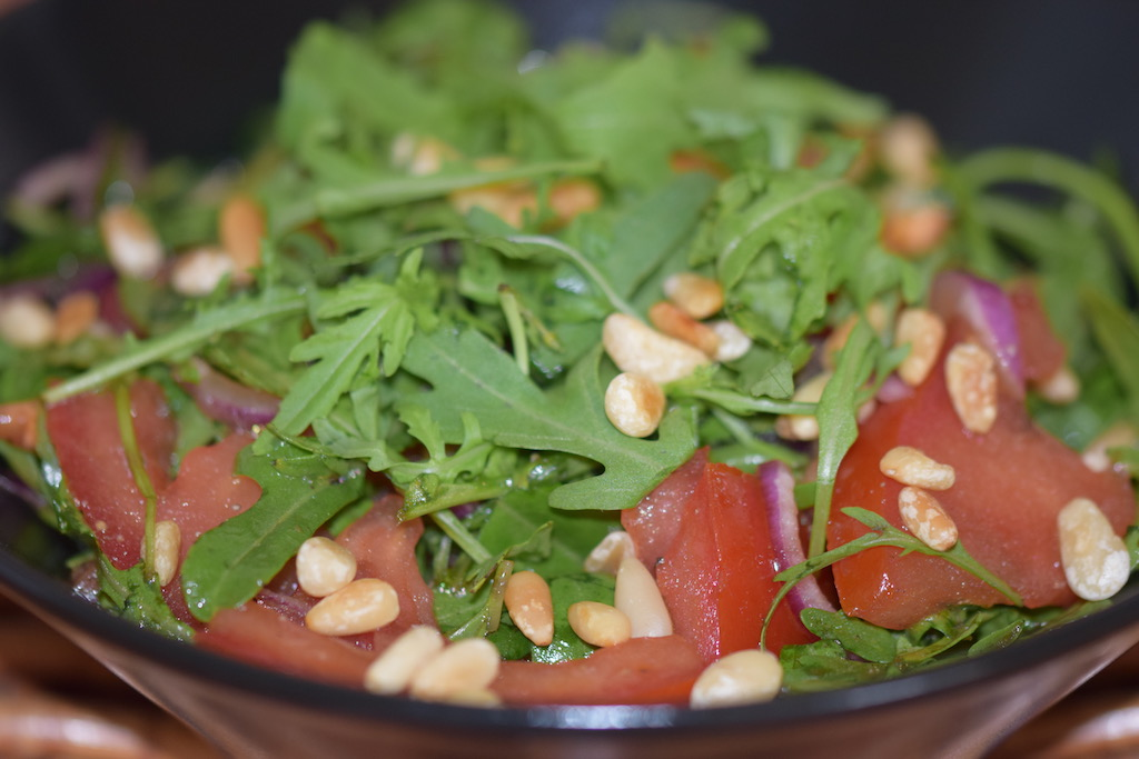Rezepte: Salate & Dressings: Tomaten-Rucola-Salat mit Minze und Granatapfel-Dressing