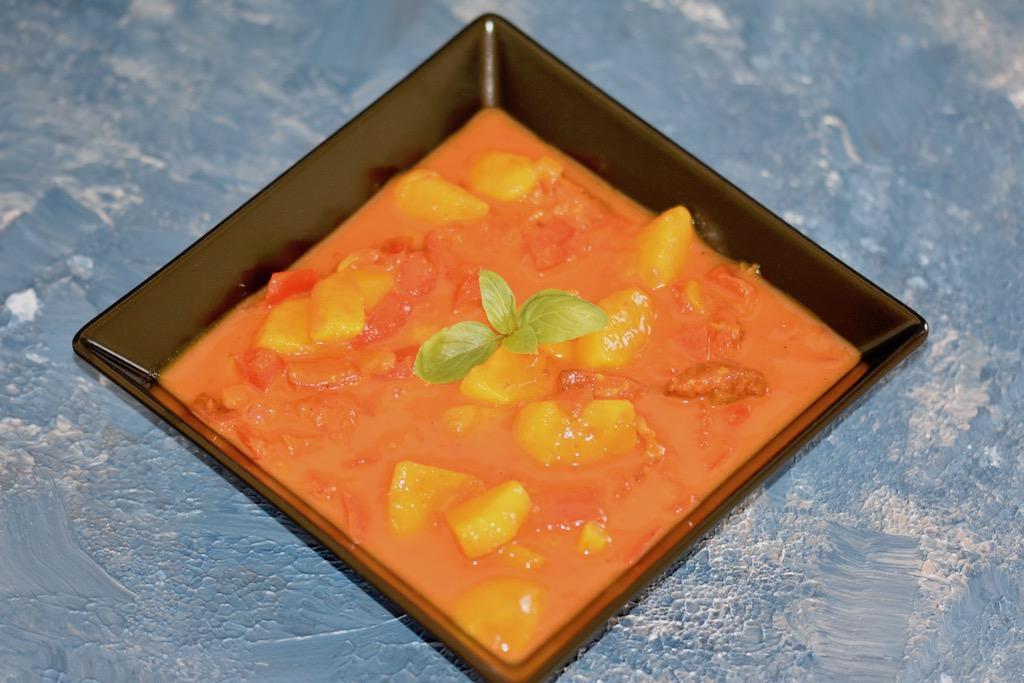 Paprika-Safran-Eintopf mit Chorizo - Eintopf - Safran - Paprika - Chorizo - Wurst - Kartoffeln - Rezept - glutenfrei - milchfrei - Gemüse - schnell - einfach - Tomaten - Herbst - One Pot