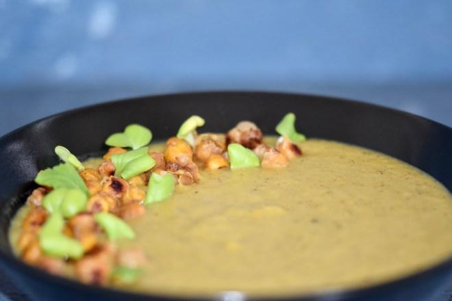 indische Blumenkohlsuppe mit gerösteten Kichererbsen - indische Blumenkohlsuppe - Blumenkohlsuppe - Rezept - mit Kokosmilch - asiatisch - püriert - mit Kartoffeln - ohne Sahne - vegan - glutenfrei - einfach - cremig