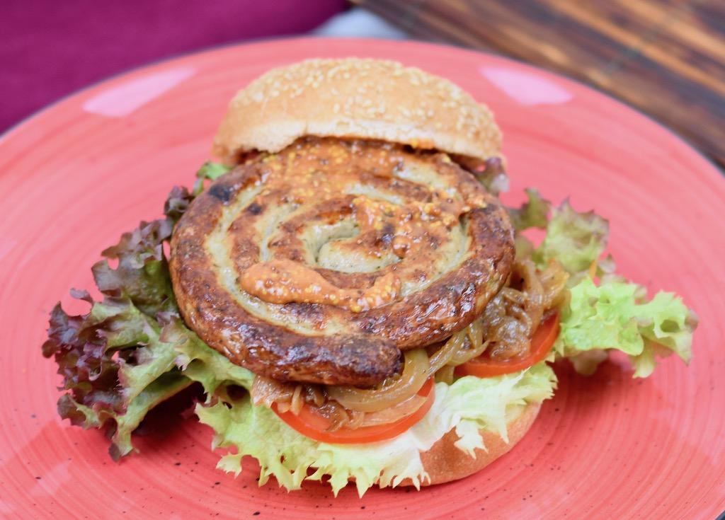 Bratwurstburger mit Bierzwiebeln und Mustard-Ketchup