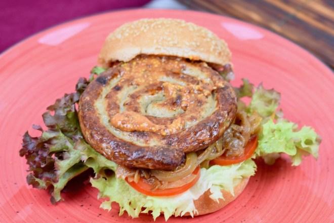 Bratwurstburger mit Bierzwiebeln und Mustard-Ketchup - Bratwurstburger - Bierzwiebeln - Mustard-Ketchup - Burger - grillen - Rezept - Bratwurst - Burger mit Bratwurstschnecke - Zwiebeln - ausgefallen - einfach - Ideen - schnell - glutenfrei - Wurst