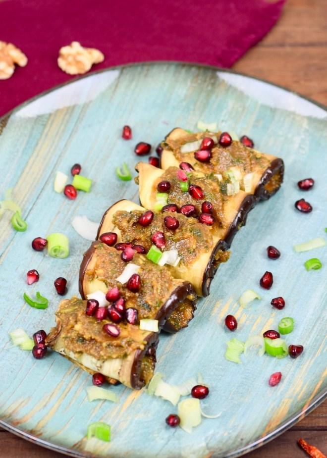georgische Auberginenröllchen mit Walnusscreme - Badrijani Nigvzit - Auberginenröllchen - Auberginen - Rezept - vegan - glutenfrei - georgisch - Walnusssoße - Walnusscreme - Walnusspaste - Mezze - gefüllt - Granatapfelkerne - georgische Küche