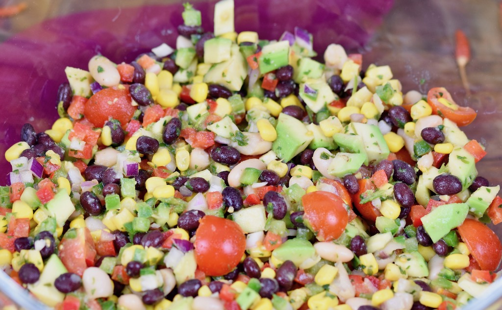 Texas Caviar mit Chili-Limetten-Dressing - Texas Caviar - Chili-Limetten-Dressing - Rezept - Salat - Dip - mit Avocado - einfach - schnell - Cowboy Caviar - mit Koriander - mit Jalapeños - vegan - Bohnen - abnehmen - glutenfrei