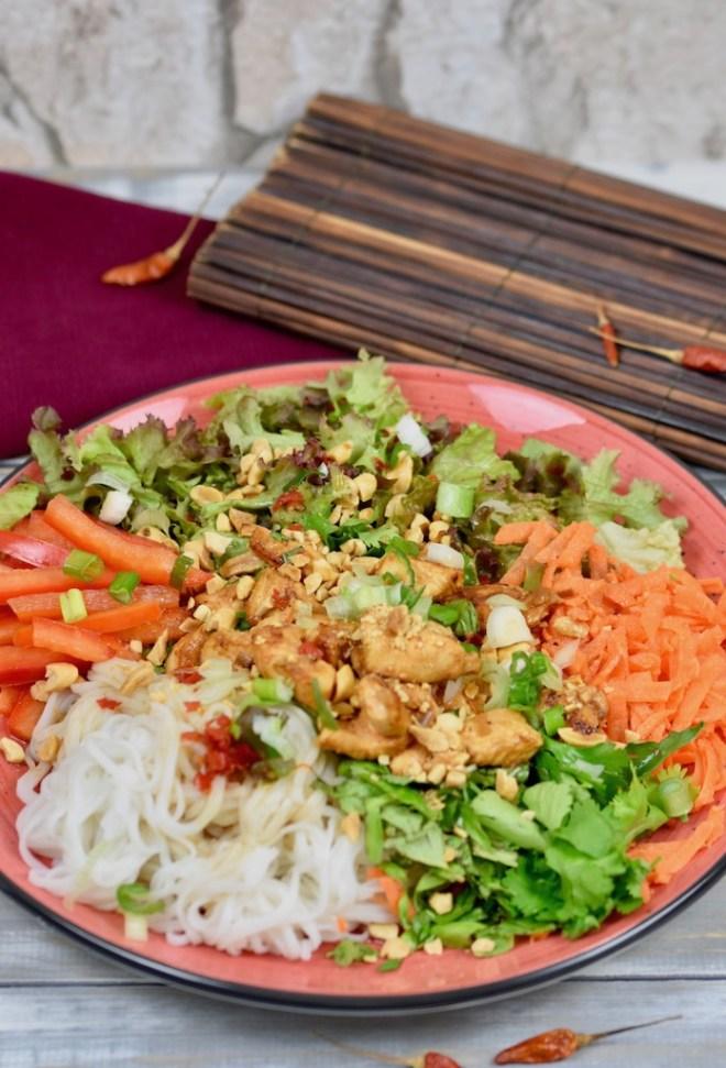 vietnamesischer Reisnudelsalat mit frischen Kräutern - Bun Gá Sa Ot - vietnamesischer Nudelsalat - Reisnudelsalat - Rezept - glutenfrei - milchfrei - Clean Eating - Limetten-Dressing - Erdnüsse - vietnamesisch - Salat - Bowl - Hähnchen