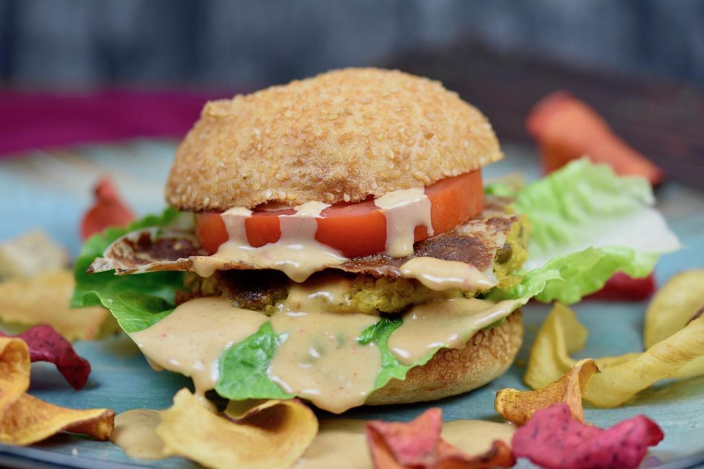 Quinoa-Burger mit Tahini-Kokossauce - Burger - Quinoa-Burger - Quinoa-Bratlinge - Quinoa - Rezept - vegan - glutenfrei - gesund - Burgersauce - Ideen - einfach