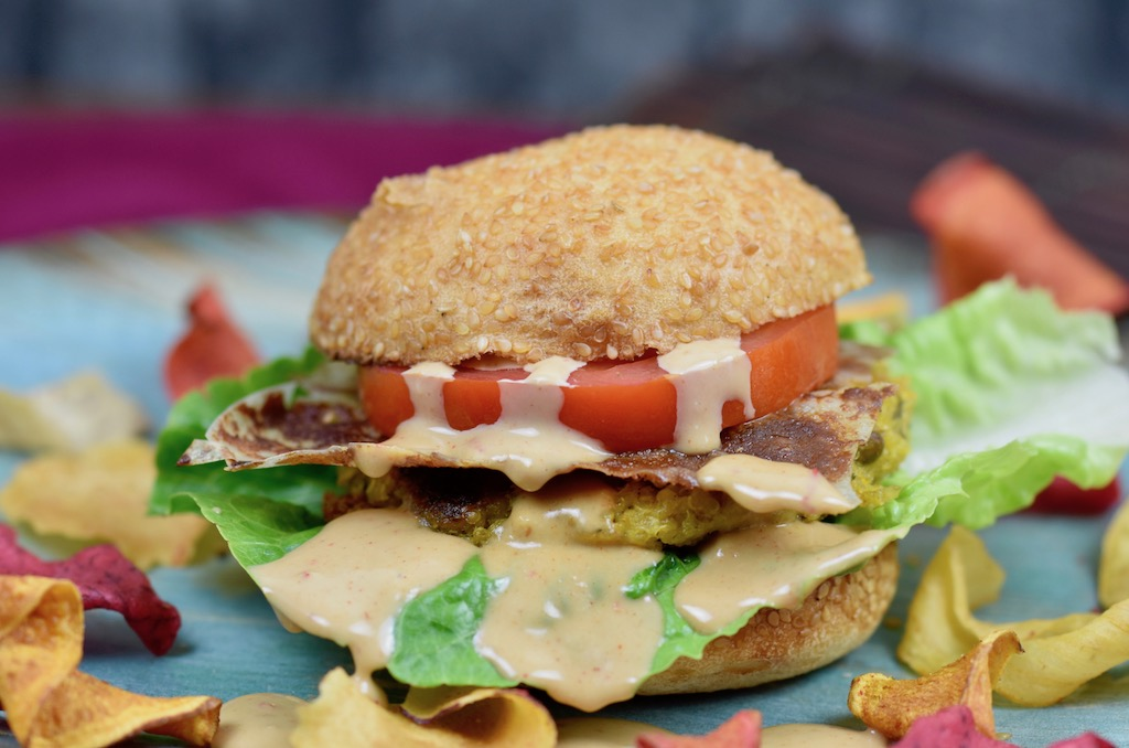 Quinoa-Burger mit Tahini-Kokossauce