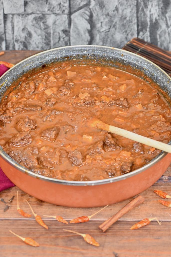 zartes Rindergulasch im Ofen geschmort - Gulasch - Rindergulasch - Gulasch mit Rotwein - Rind - Rezept - einfach - klassisch - zart - Weihnachten - Backofen