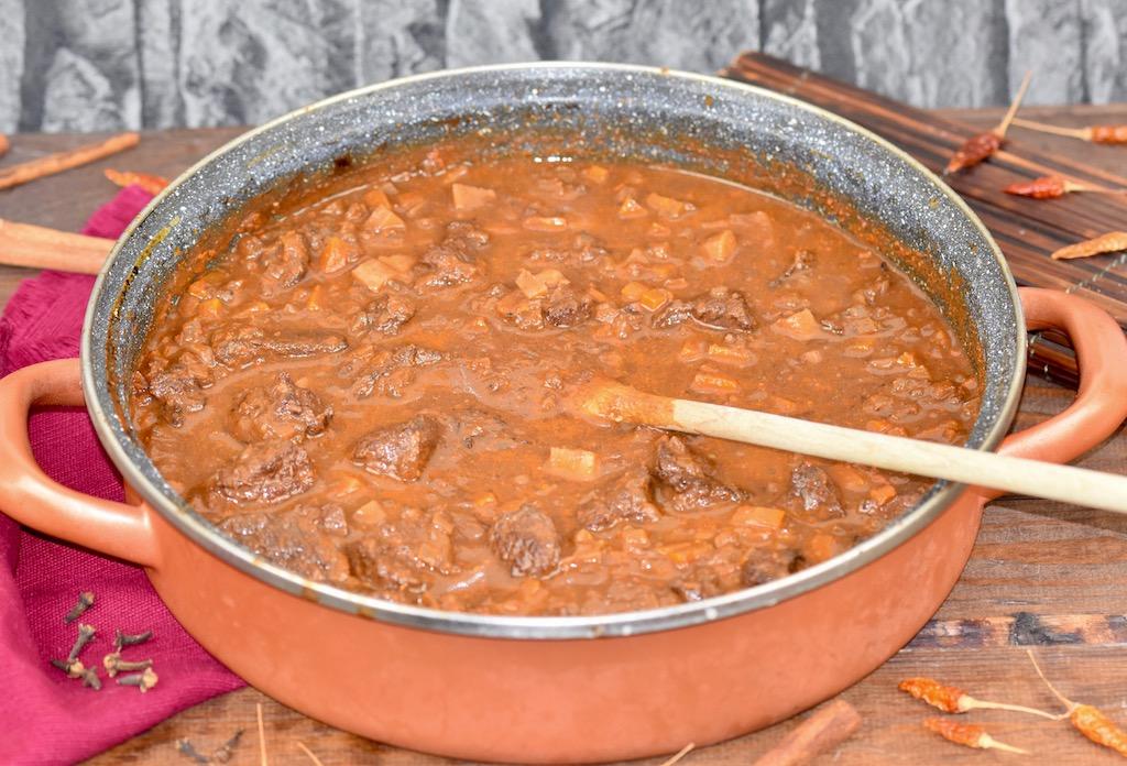 Zartes Rindergulasch im Ofen geschmort
