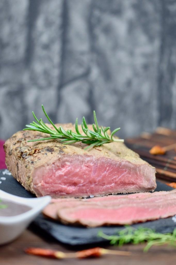 Roastbeef - saftig - Thymian-Rotwein-Sauce - Rezept - Niedrigtemperatur - im Backofen - Braten - Weihnachten - Slowcooker
