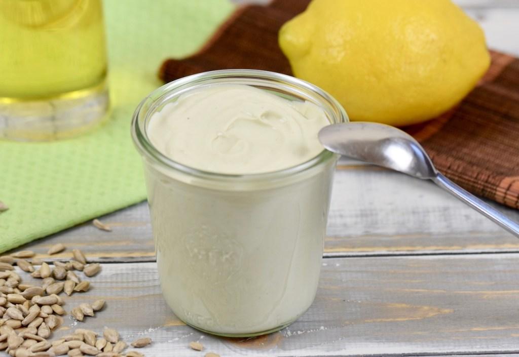 Mayonnaise im Glas, Hintergrund hell