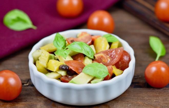 Bunter Avocado-Salat mit Tomaten – knackig und frisch