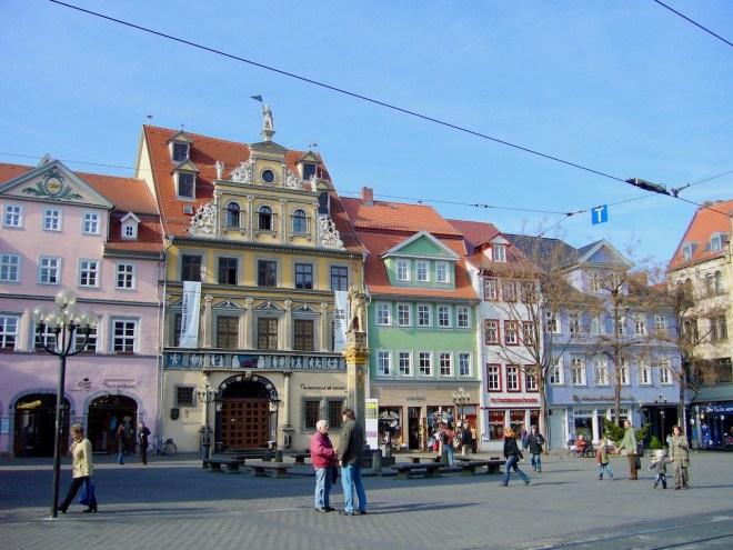 Fischmarkt mit alten bunten Häusern in Erfurt - Deutschland