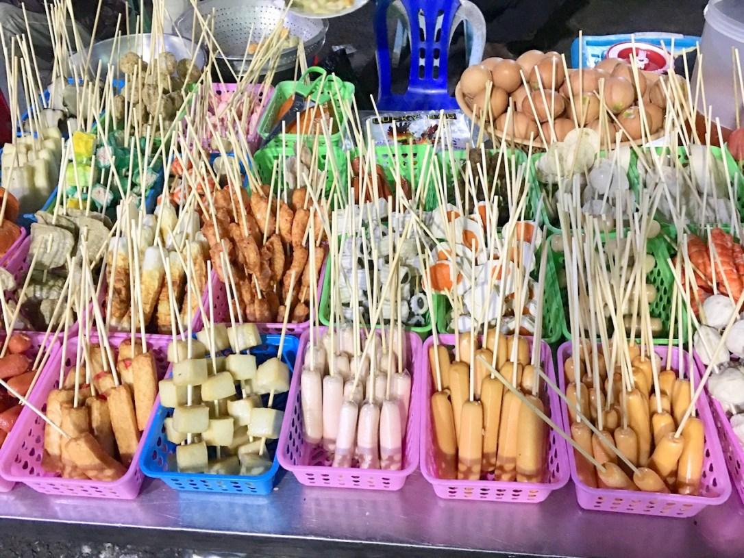 Foto für die 25 leckersten Gerichte - Spieße mit unterschiedlichen Zutaten in bunten Plastikkörben - Streetfood Yangon - Myanmar