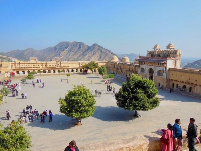 Festungsanlage mit Bergen im Hintergrund in Jaipur - Indien