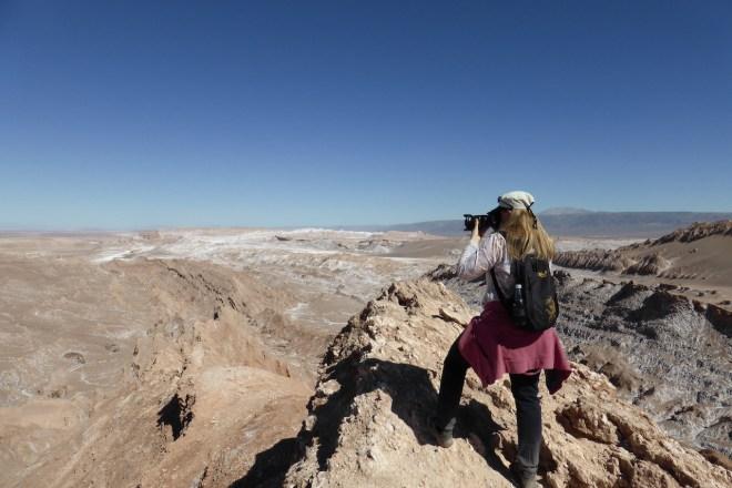 Ich mit Spiegelreflex-Kamera von hinten im Valle de la Luna - Atacama - Chile