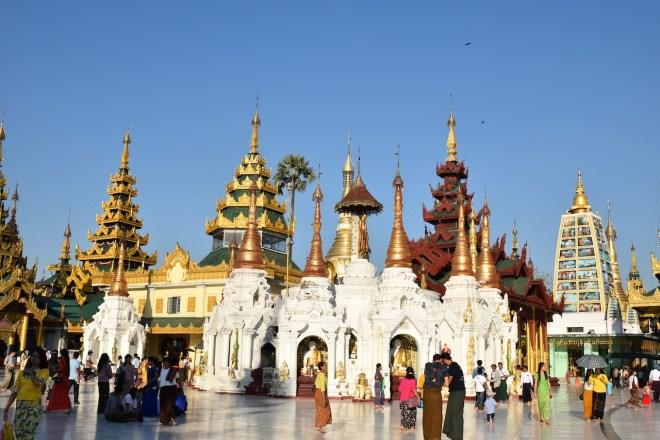 weiße Tempel mit goldenen Dächern und vielen Menschen - Shwedagon - Yangon - Myanmar