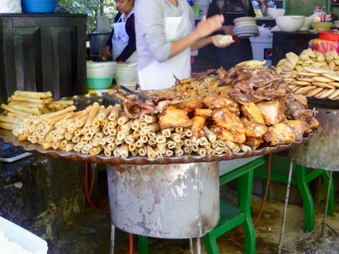 Foto für die 25 leckersten Gerichte: große runde Tabletts mit frittierten Speisen - Streetfood - Uruapan - Mexiko